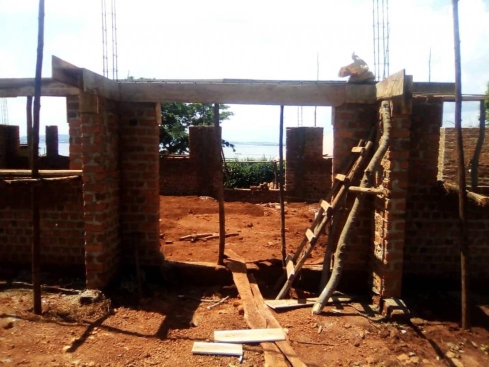 LUGA Care bouwt in dorpje Busaana, Uganda.